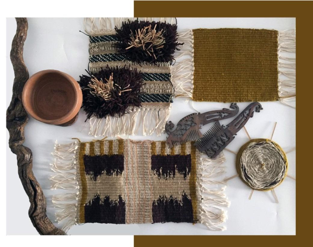 Аранжировка модных ковриков коричневыми, бордовыми и белыми нитками