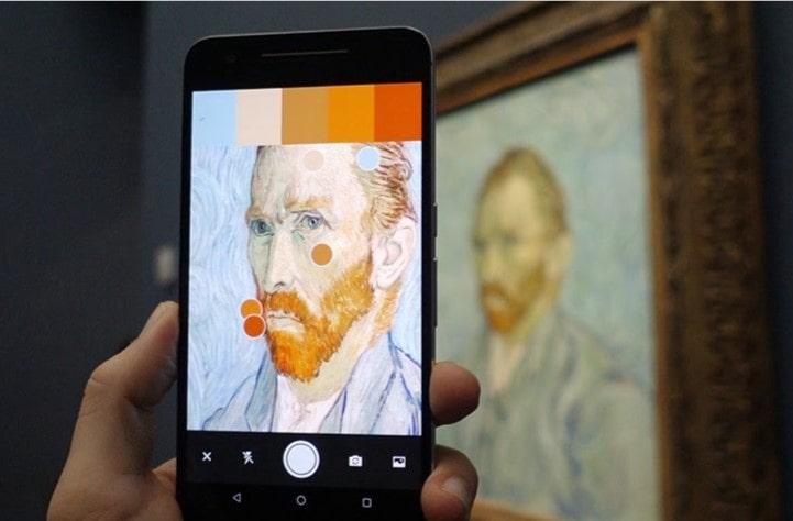 Фокусируясь на портрете Винсента Ван Гога с помощью камеры, используя приложение Adobe Capture, приложение генерирует цветовую палитру из фотографий.